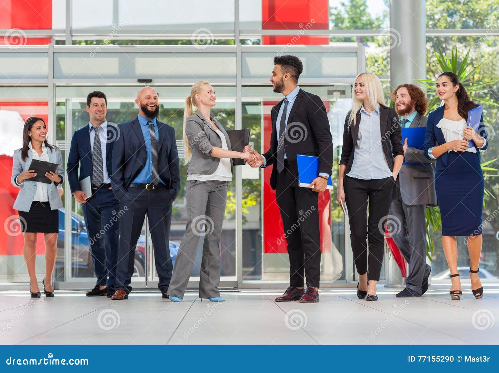 Gens d affaires de groupe de patron de bureau moderne de Hand Shake In, hommes d affaires Team Handshake Sign Up Contract