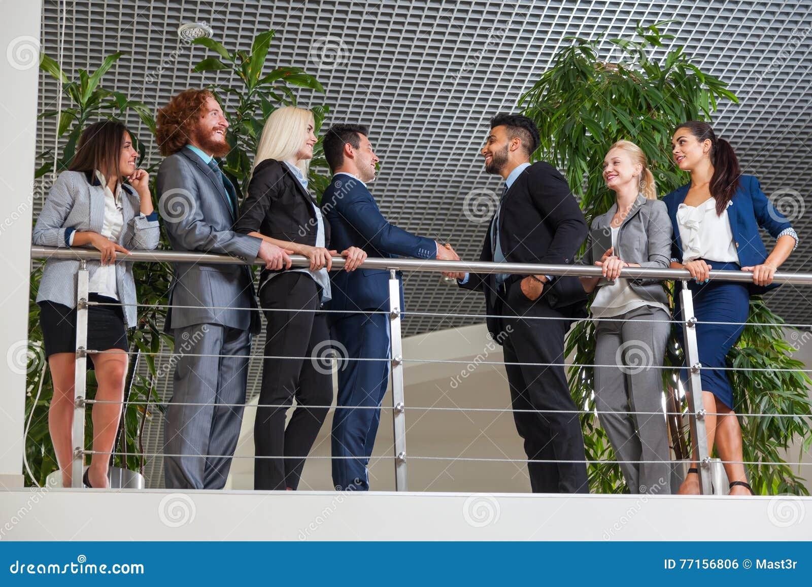 Gens d affaires de groupe de patron de geste de Hand Shake Welcome dans le bureau moderne, hommes d affaires Team Handshake