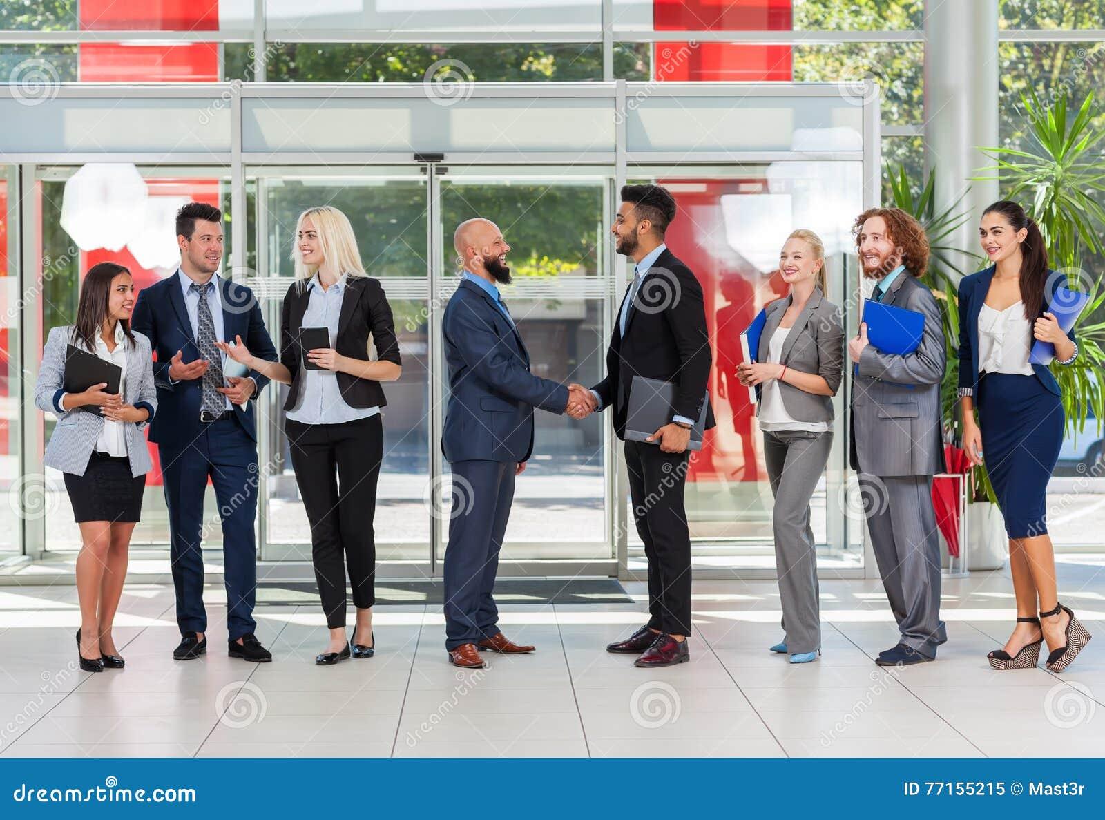 Gens d affaires de groupe de patron de geste de Hand Shake Welcome dans le bureau moderne, hommes d affaires Team Handshake Sign