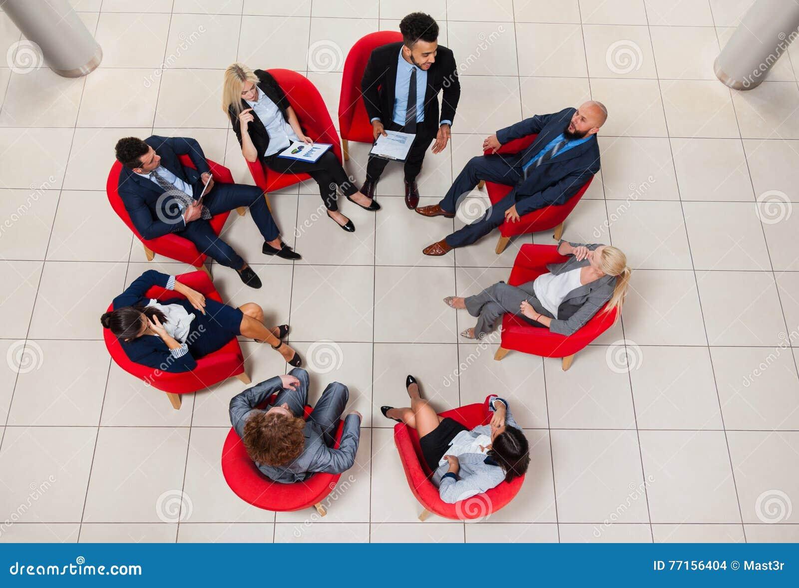 Gens d affaires de groupe de Sit Chairs In Circle Top de vue d angle, se réunir d hommes d affaires