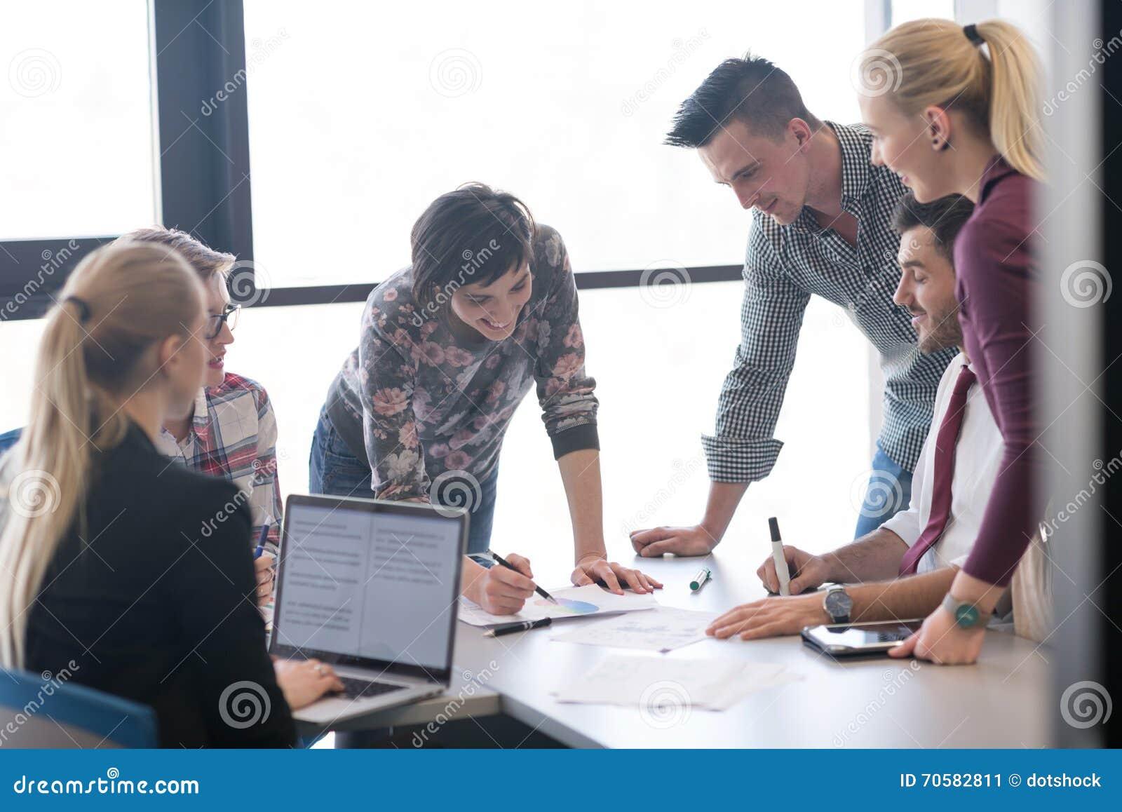 Gens daffaires de groupe sur la réunion au bureau moderne image