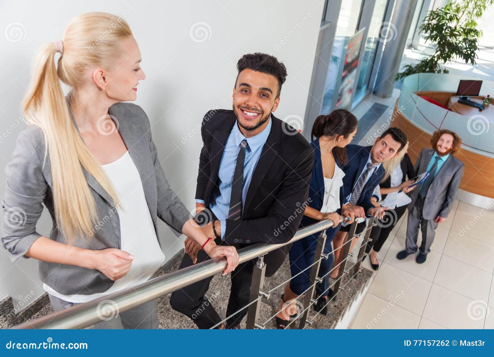 Gens d affaires de sourire de groupe allant en haut, hommes d affaires