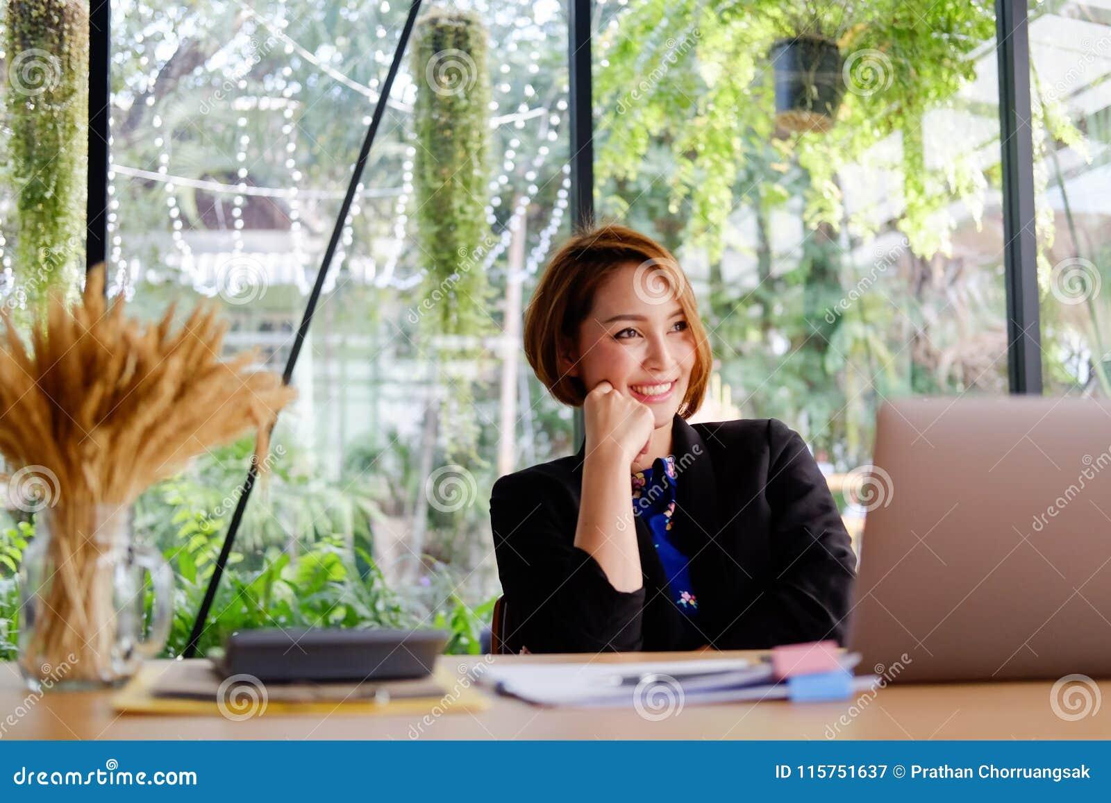 Gens d affaires de travailleuse active dans le bureau moderne