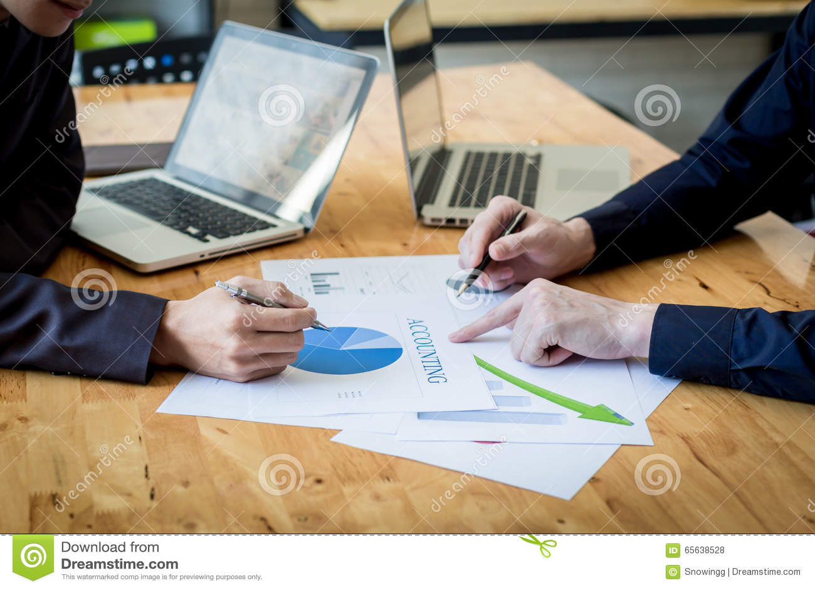 Gens d affaires discutant les diagrammes et les graphiques montrant la recherche