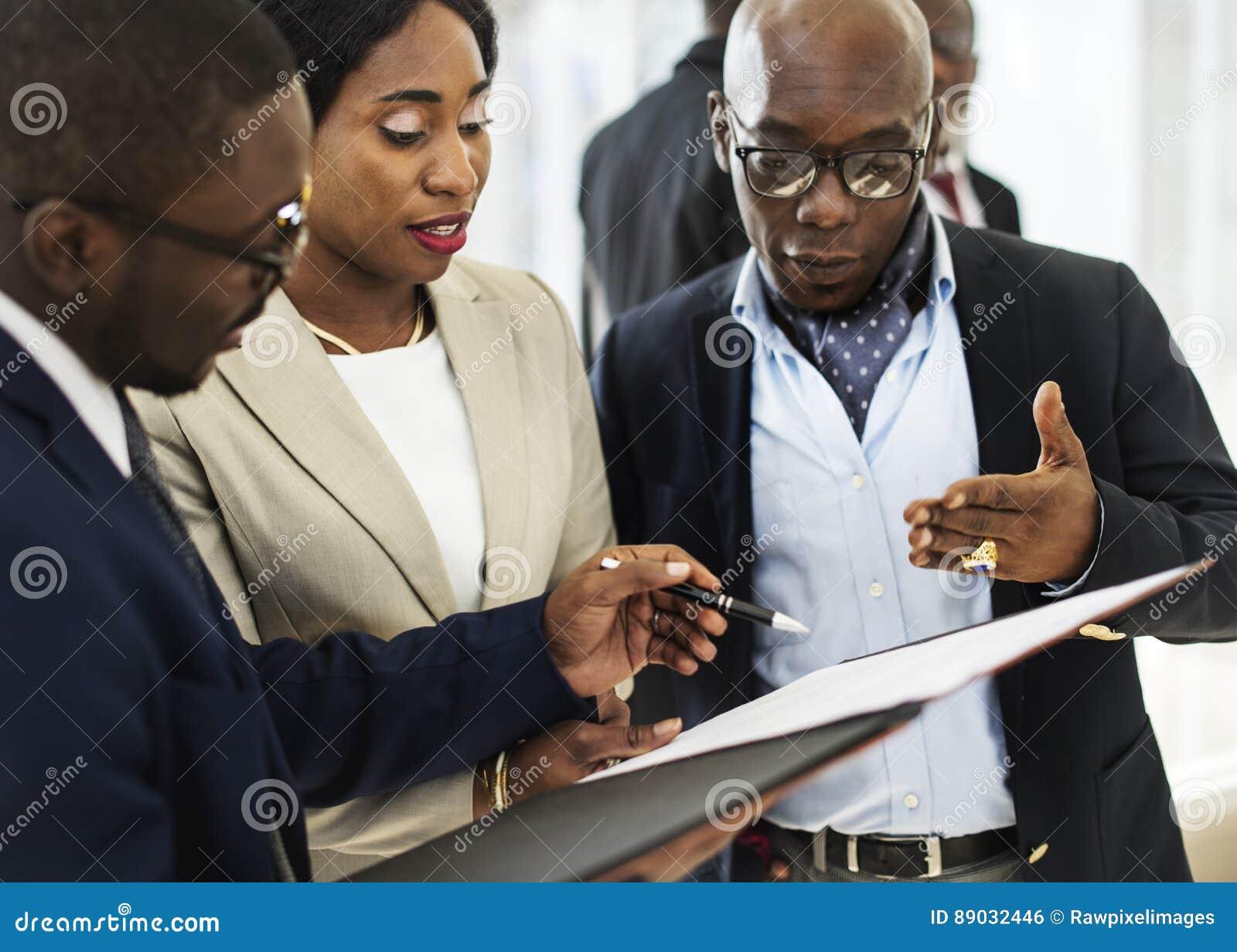Gens d affaires divers rencontrant le concept d association