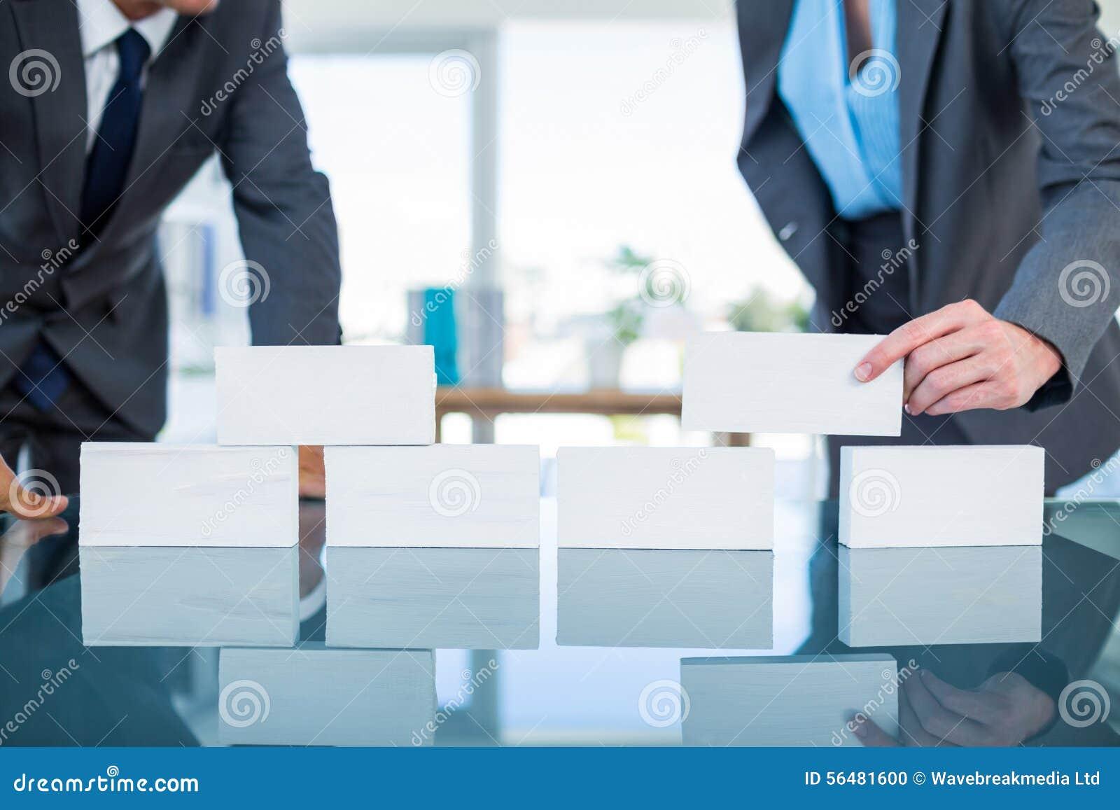 Gens d affaires empilant le bloc de papier