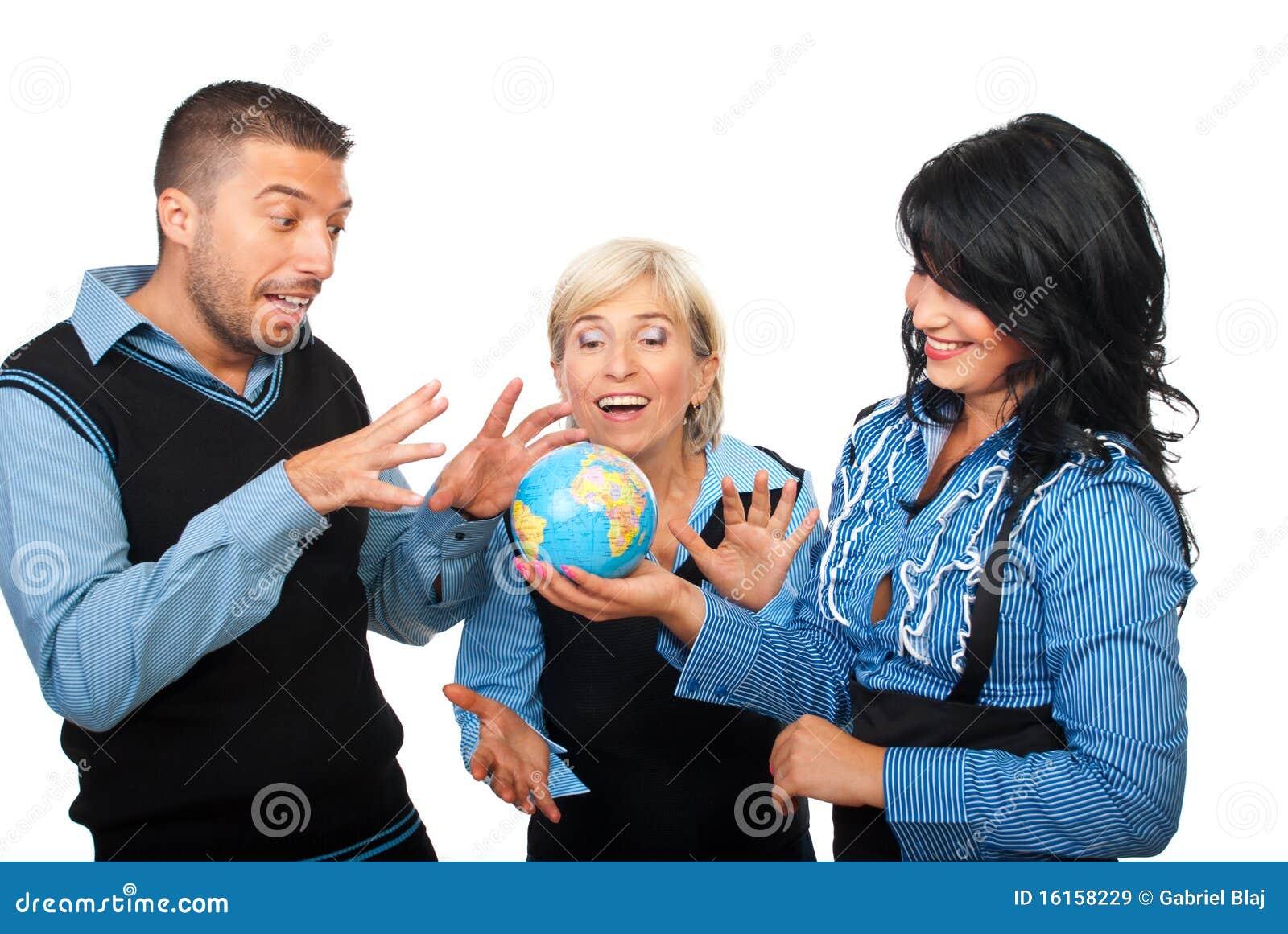 Gens d affaires espiègle avec le globe