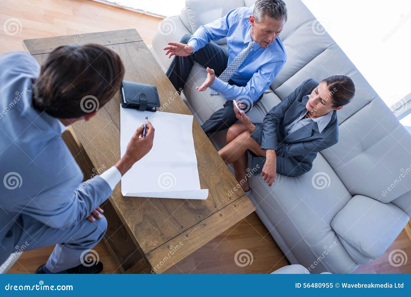 Gens d affaires fâchés parlant ensemble du divan
