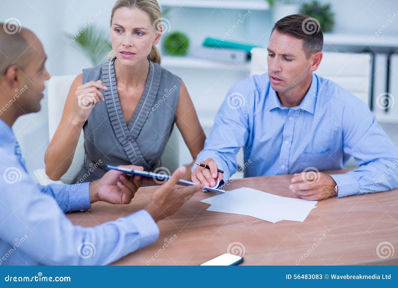Gens d affaires faisant un brainstorm ensemble