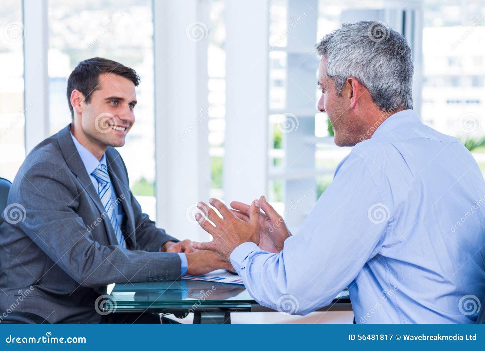Gens d affaires heureux parlant ensemble