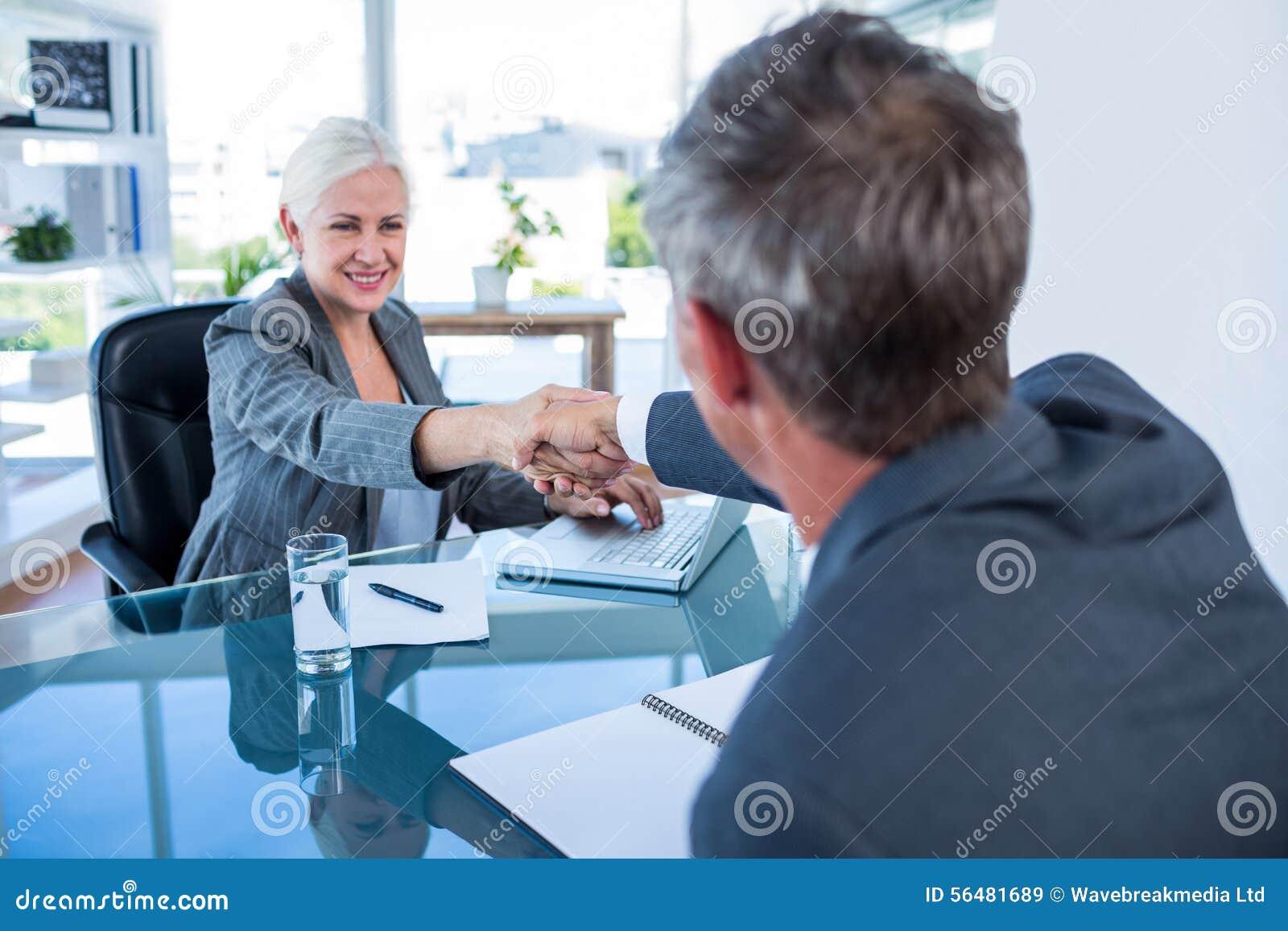 Gens d affaires heureux se serrant la main