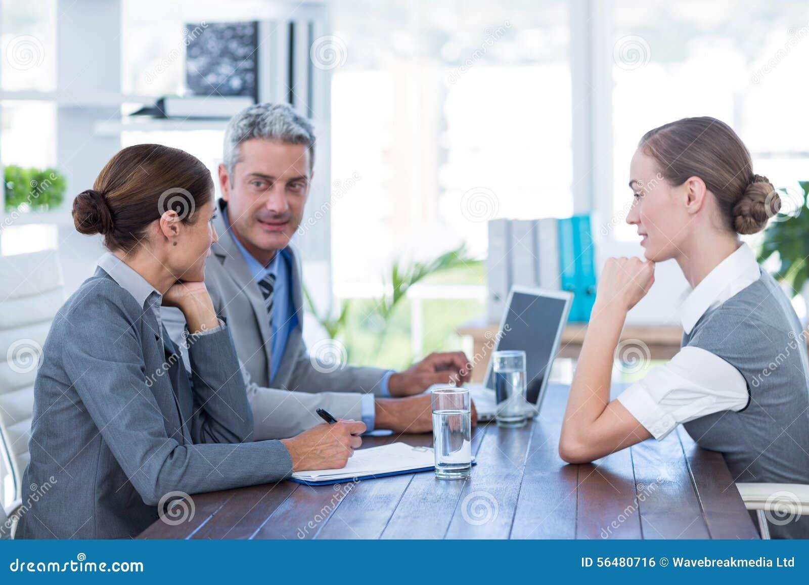 Gens d affaires interviewant la jeune femme d affaires