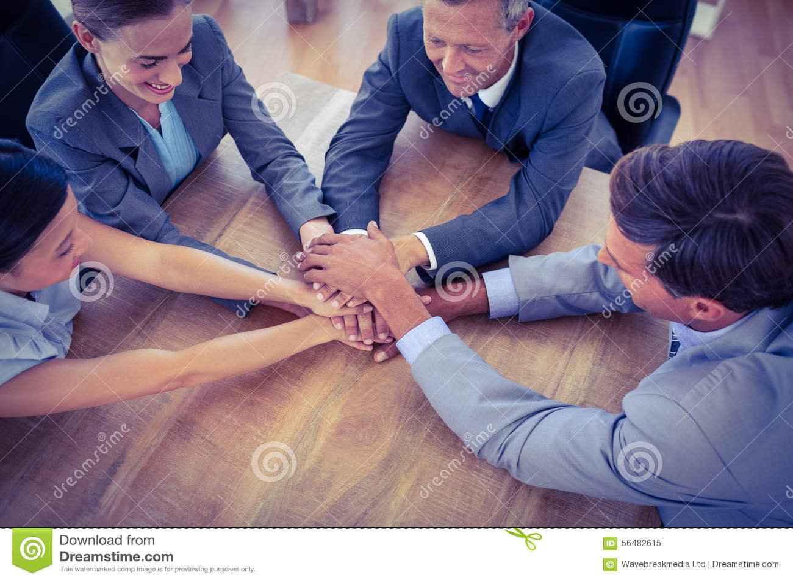 Gens d affaires joignant des mains en cercle