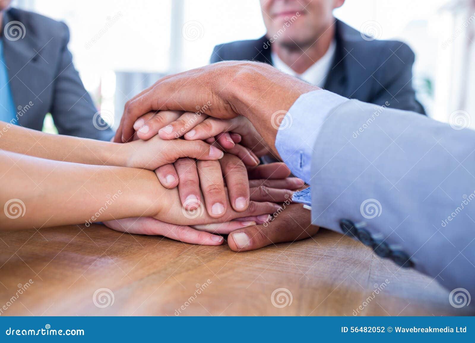 Gens d affaires joignant des mains ensemble
