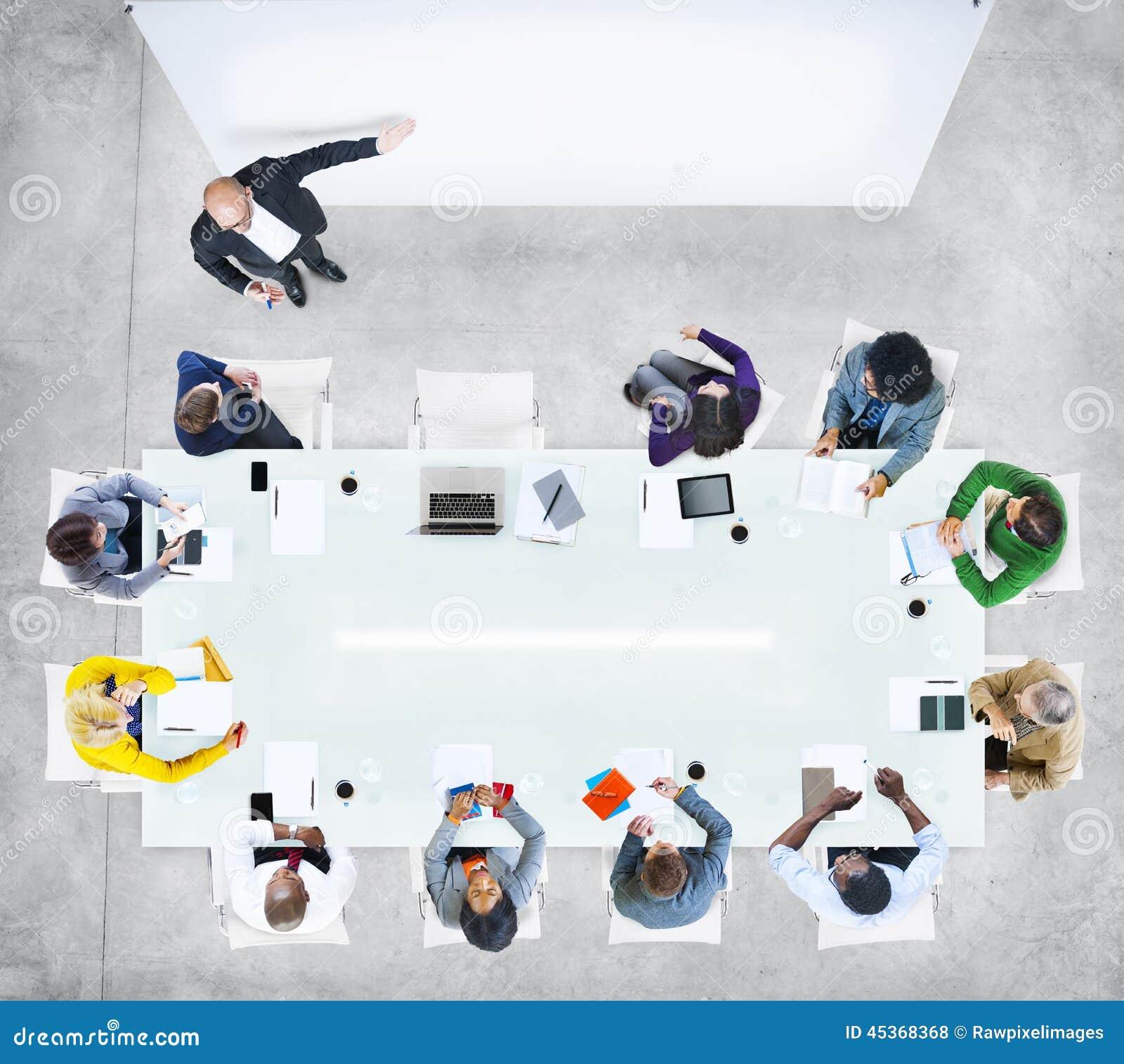 Gens d affaires lors d une réunion avec la présentation vide
