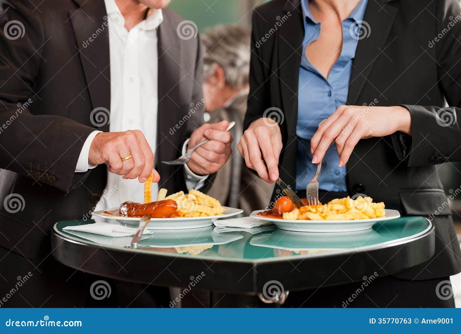 Gens d affaires mangeant de la nourriture délicieuse ensemble
