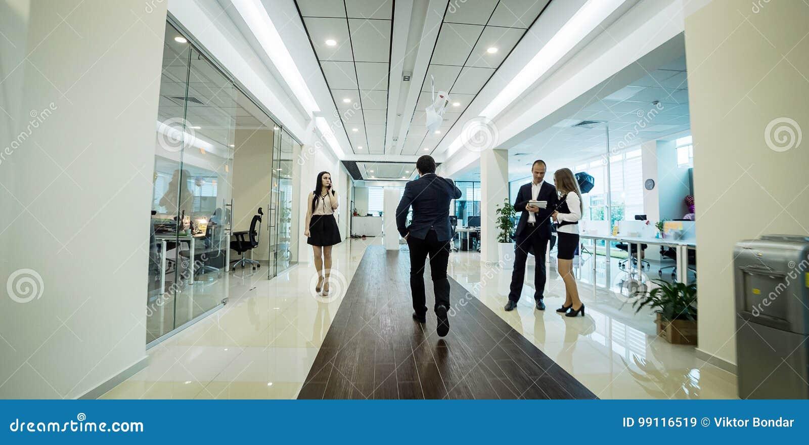 Gens d affaires marchant dans le couloir de bureau, gens d affaires de C