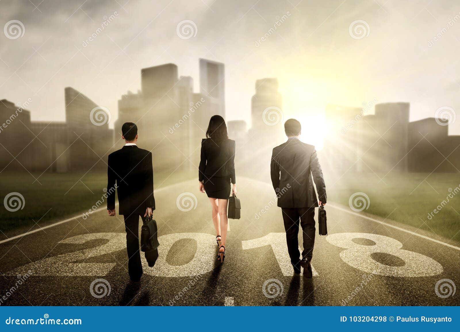 Gens d affaires marchant vers une ville