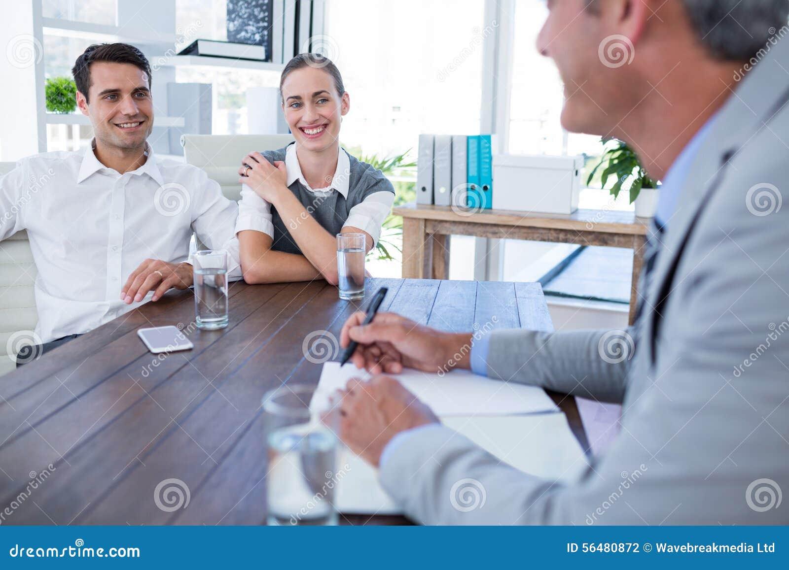 Gens d affaires occasionnels parlant ensemble