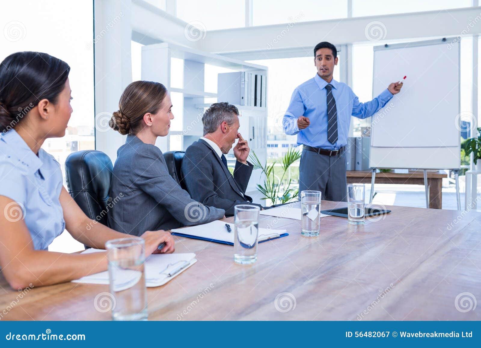 Gens d affaires parlant au cours d une réunion
