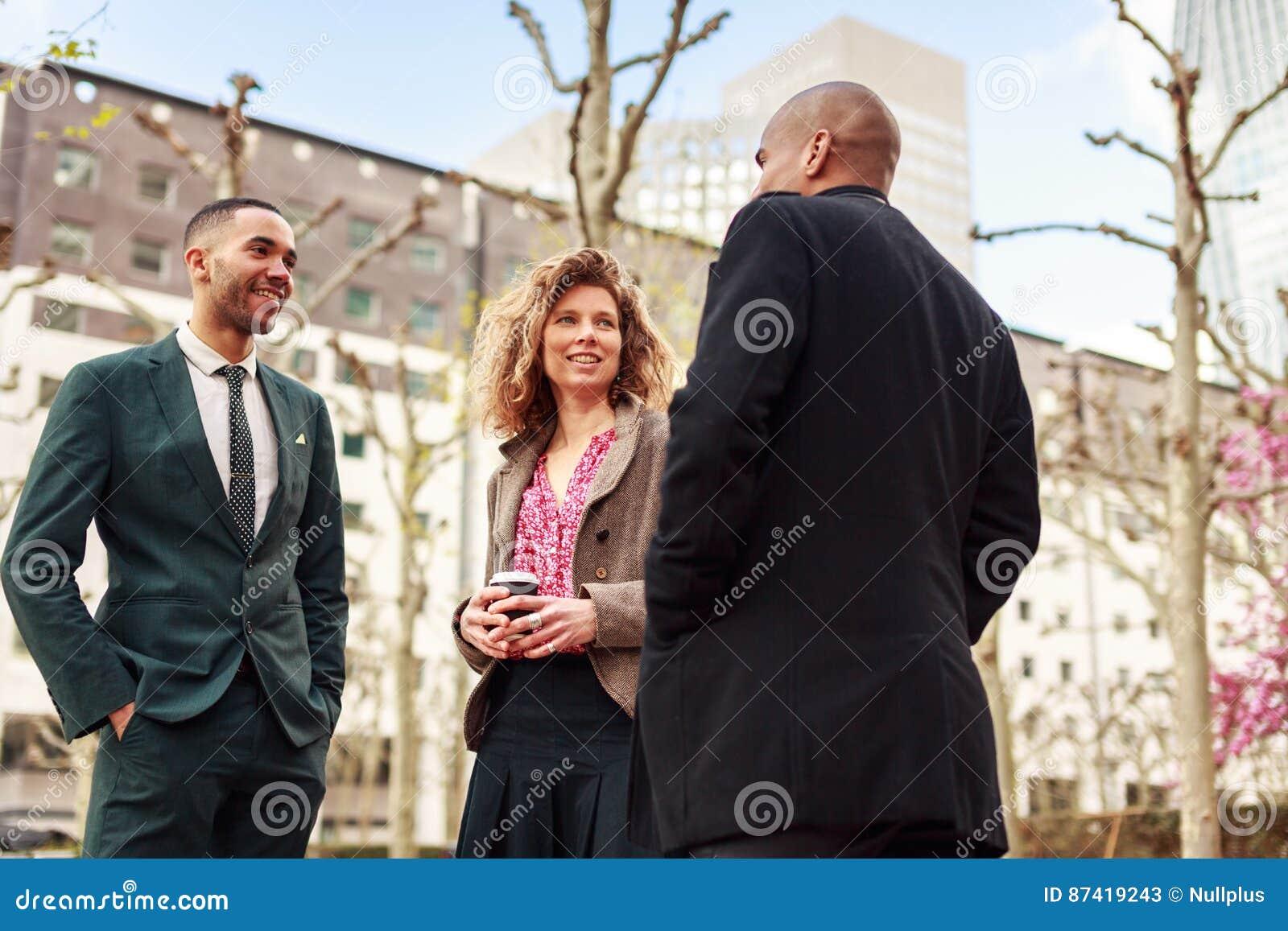 Gens d affaires parlant dans la défense de La, Paris, France