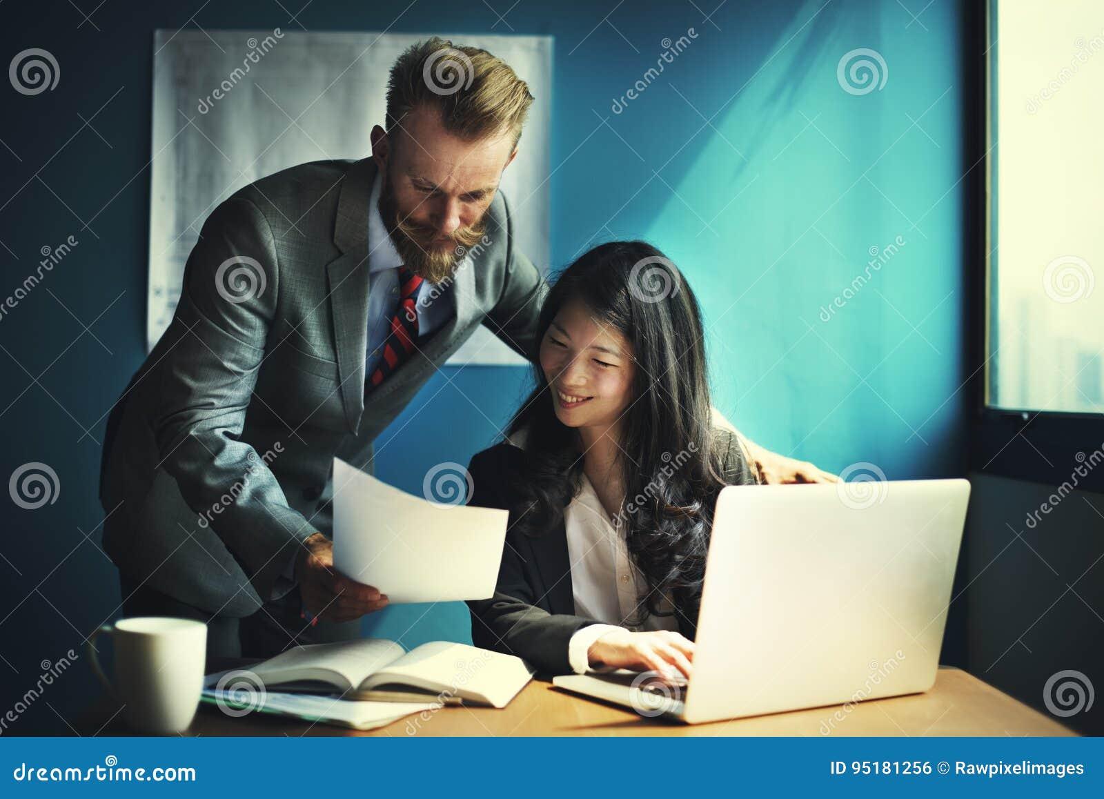 Gens d affaires parlant du plan de travail