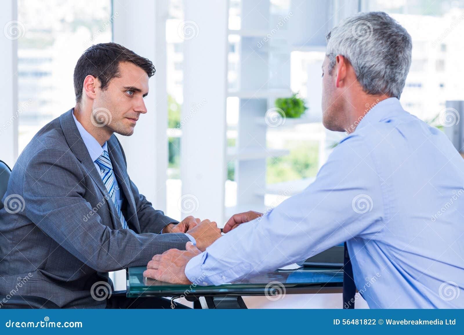 Gens d affaires parlant ensemble
