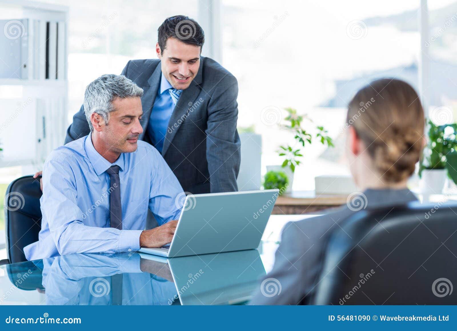 Gens d affaires parlant ensemble au cours de la réunion