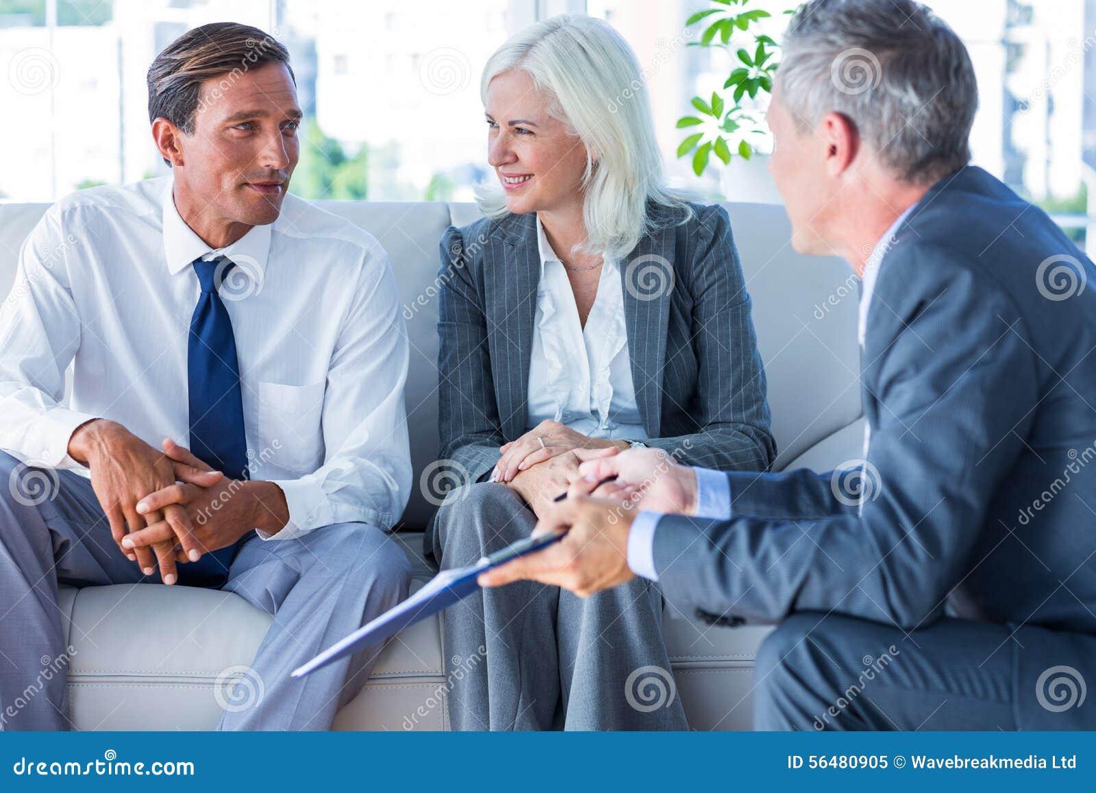 Gens d affaires parlant ensemble du divan