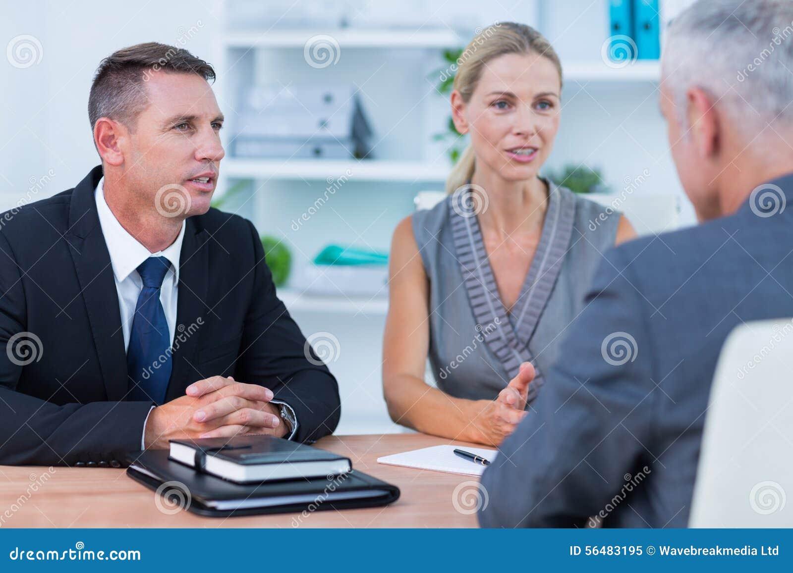 Gens d affaires parlant lors de la réunion