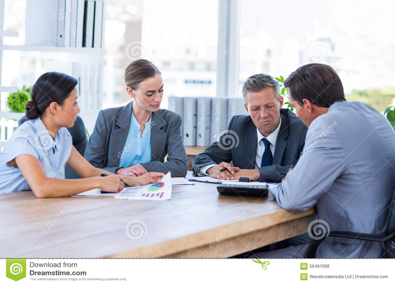 Gens d affaires réfléchis au cours de la réunion