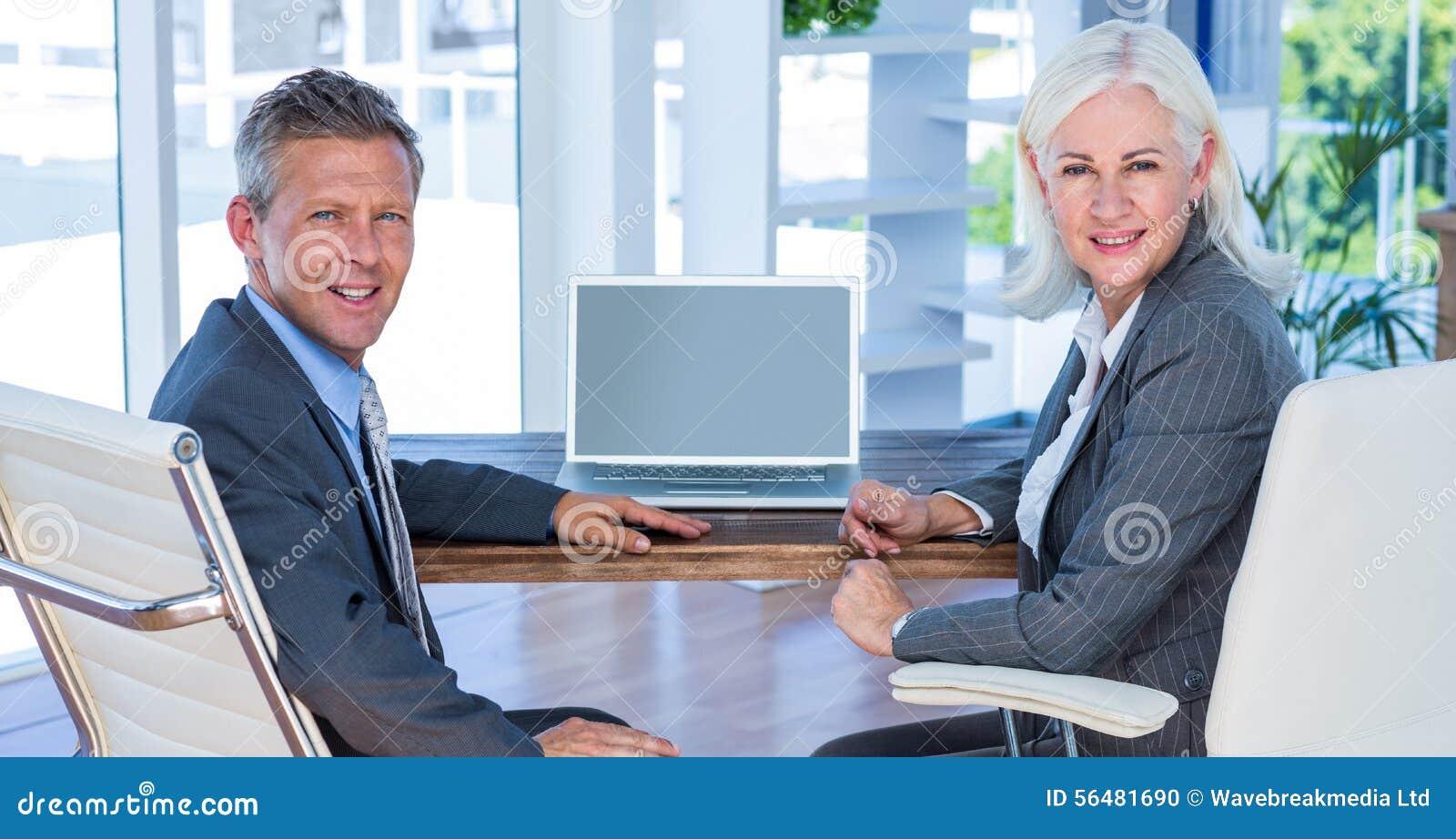 Gens d affaires regardant l appareil-photo