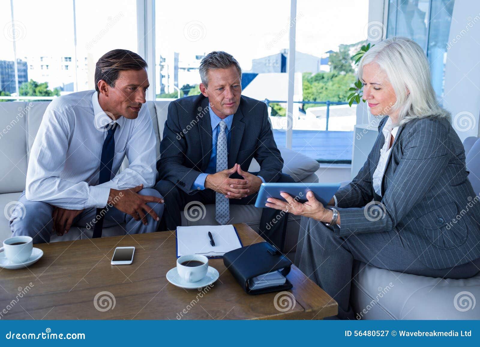 Gens d affaires regardant la tablette