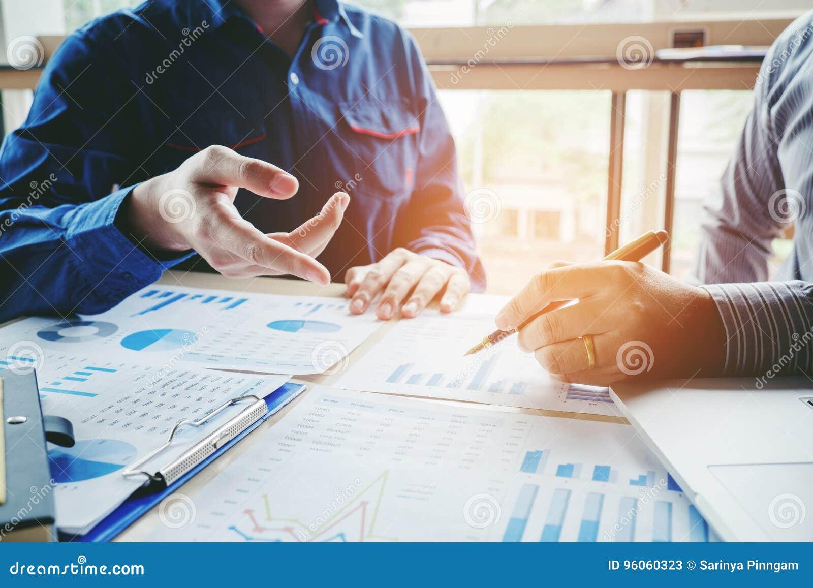 Gens d affaires rencontrant le concept d analyse de stratégie de planification