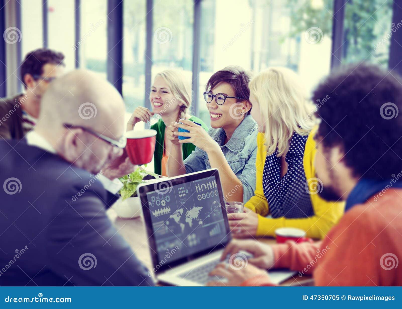 Gens d affaires rencontrant le séminaire partageant le concept de pensée parlant