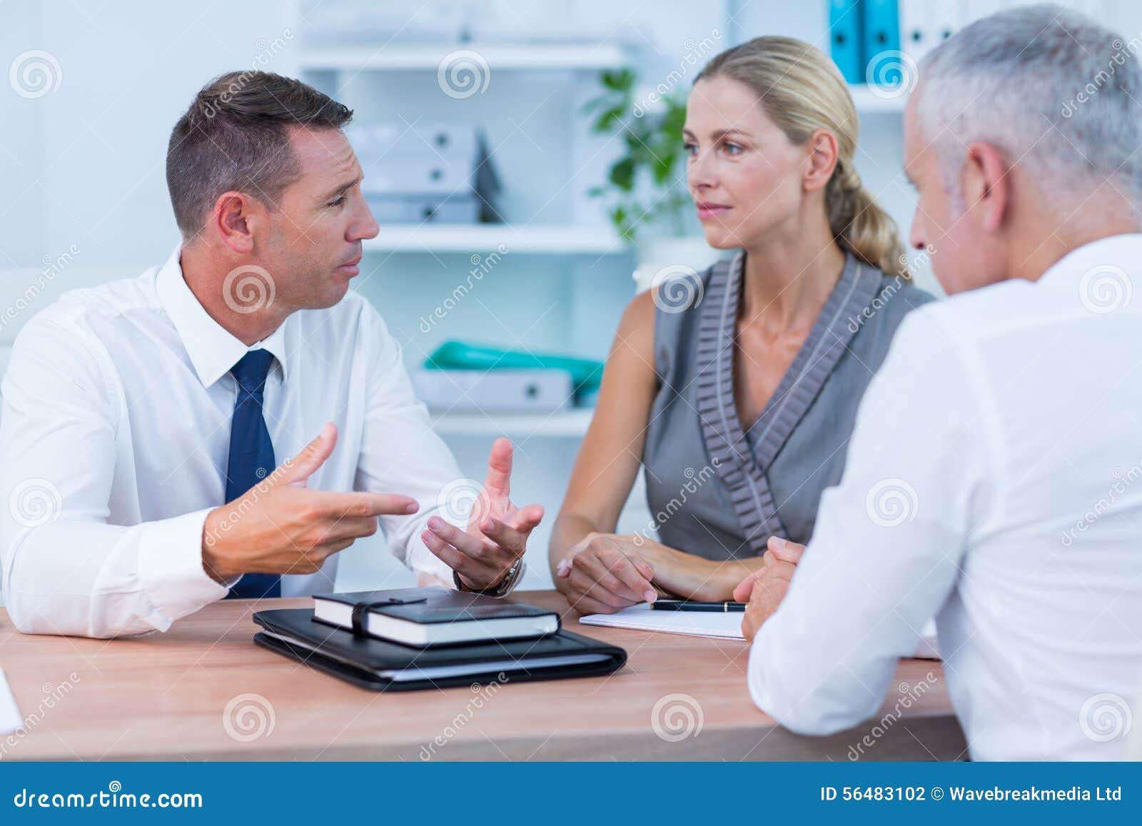 Gens d affaires sérieux parlant lors de la réunion