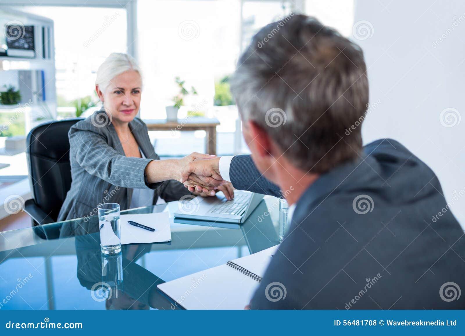 Gens d affaires sérieux se serrant la main