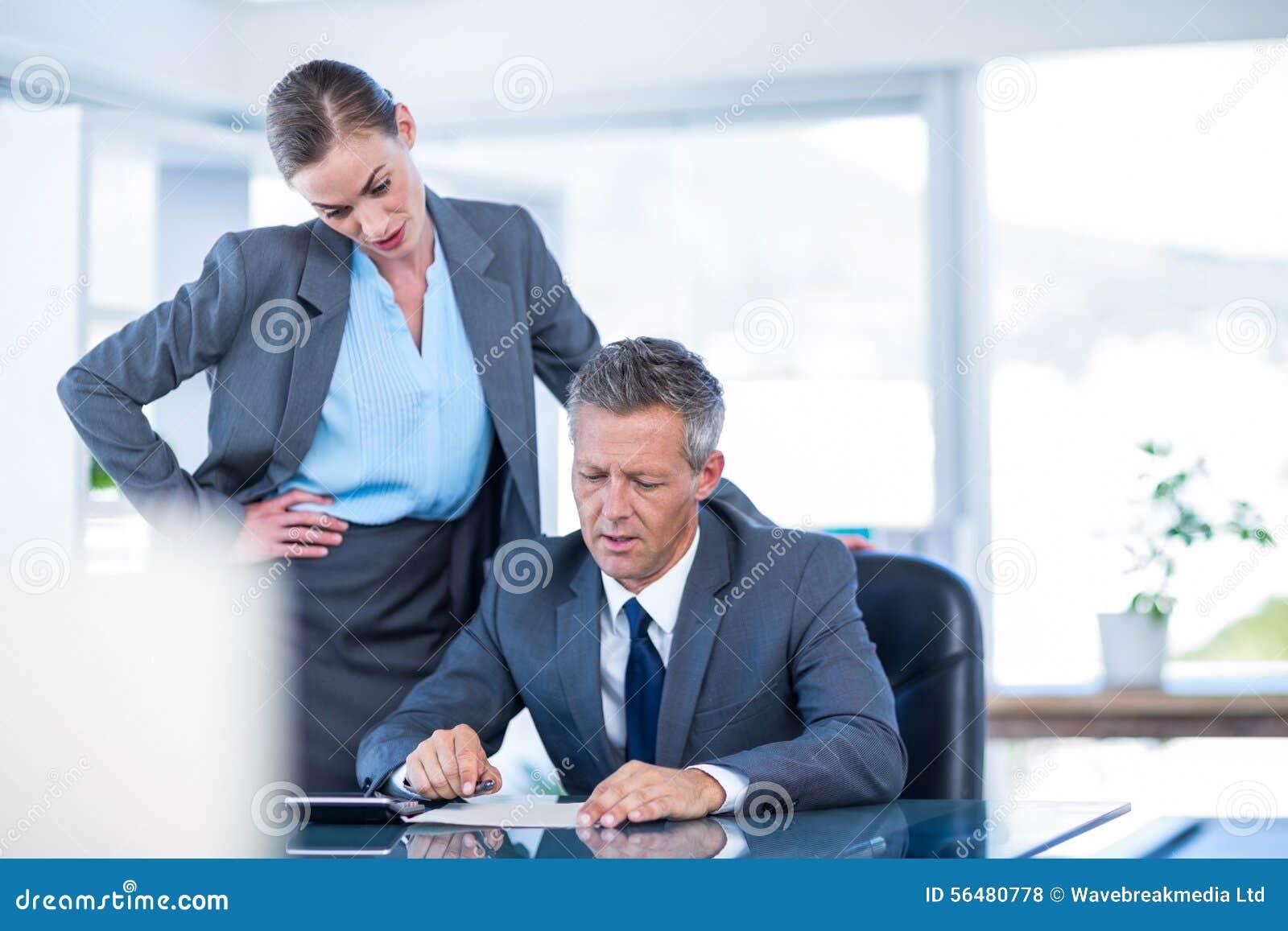 Gens d affaires sérieux travaillant ensemble