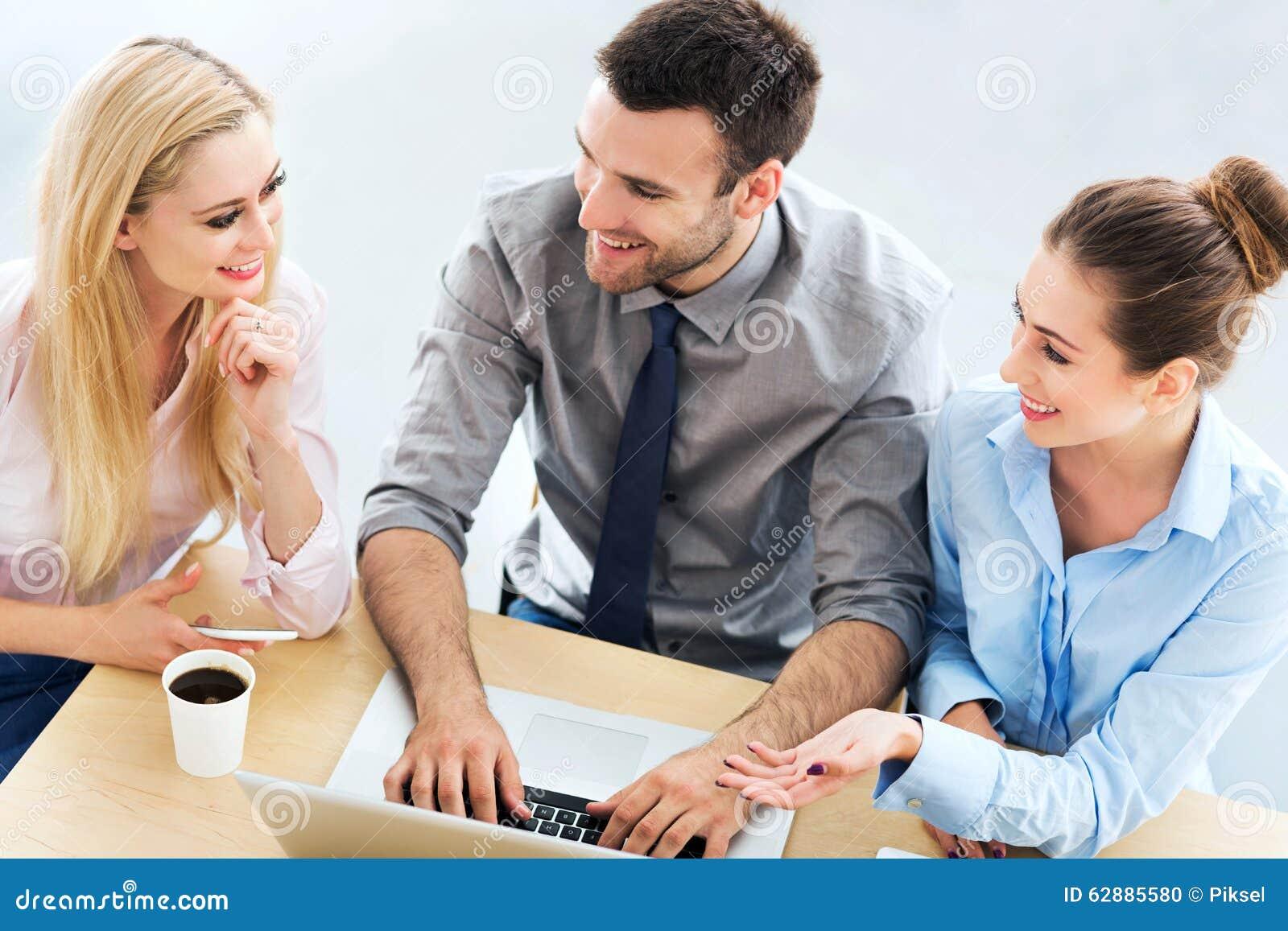 Gens d affaires se réunissant à la table