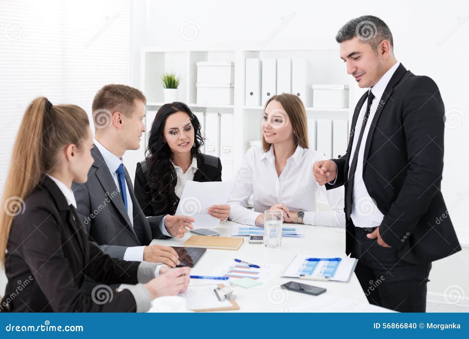 Gens d affaires se réunissant dans le bureau