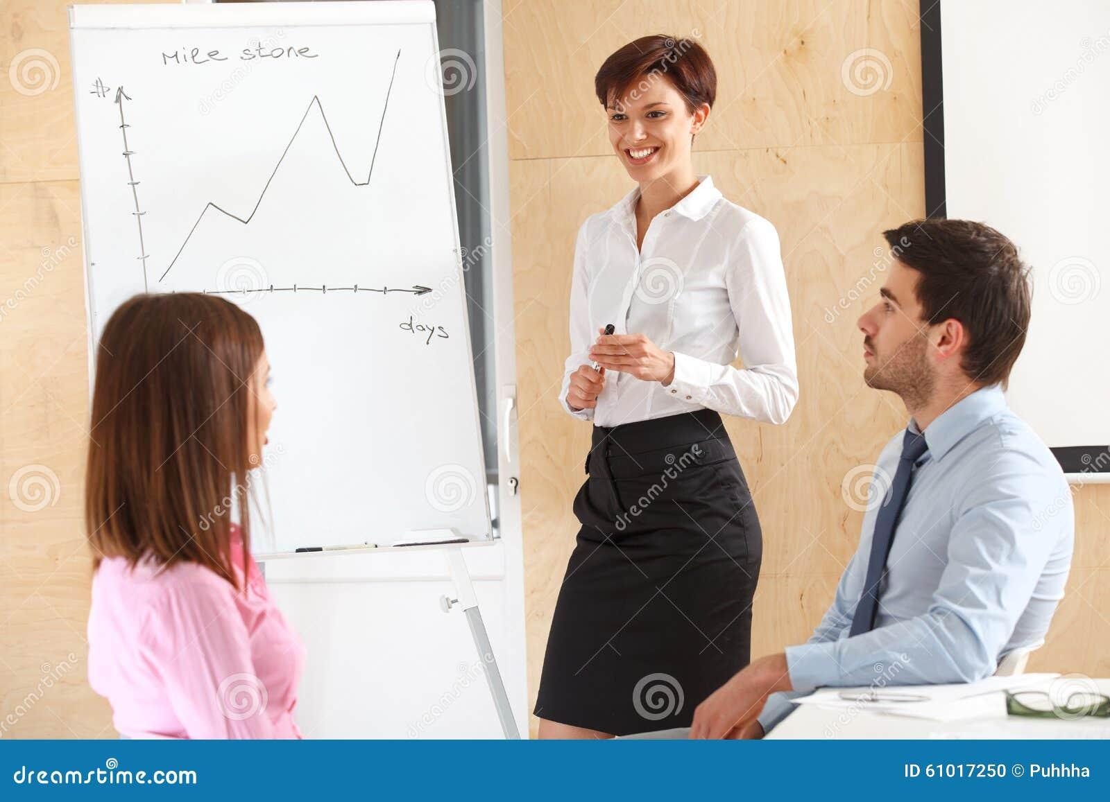Gens d affaires se réunissant dans le bureau pour discuter le projet