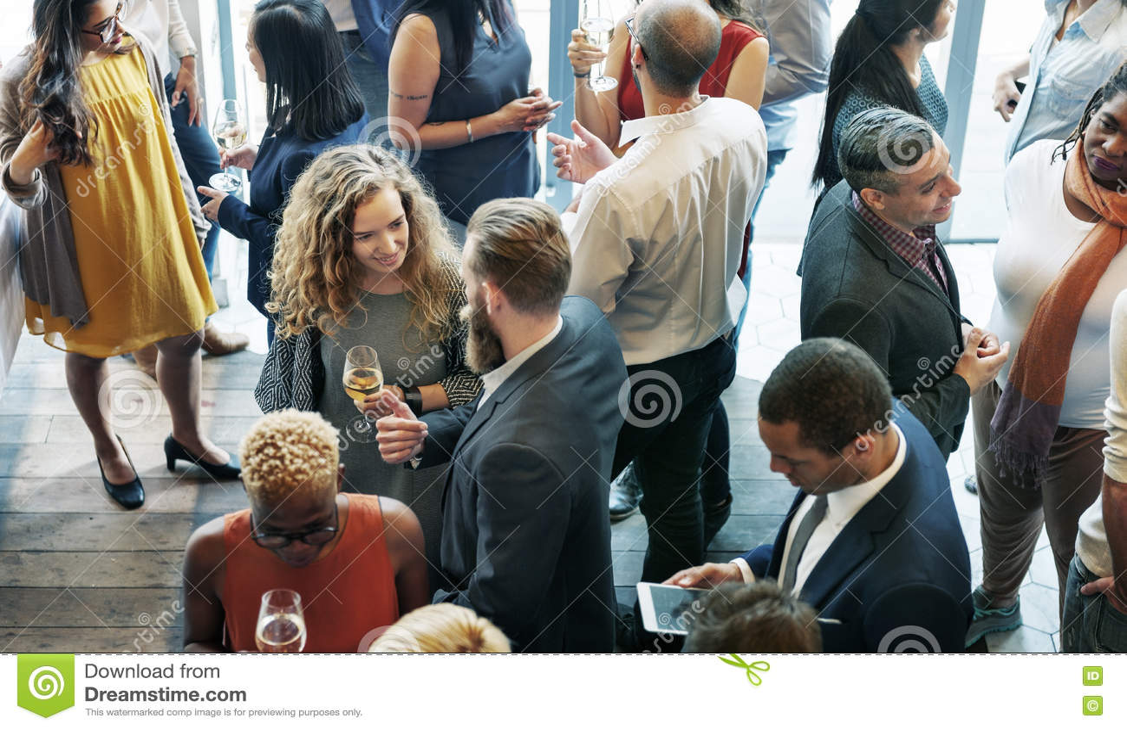 Gens d affaires se réunissant mangeant le concept de partie de cuisine de discussion