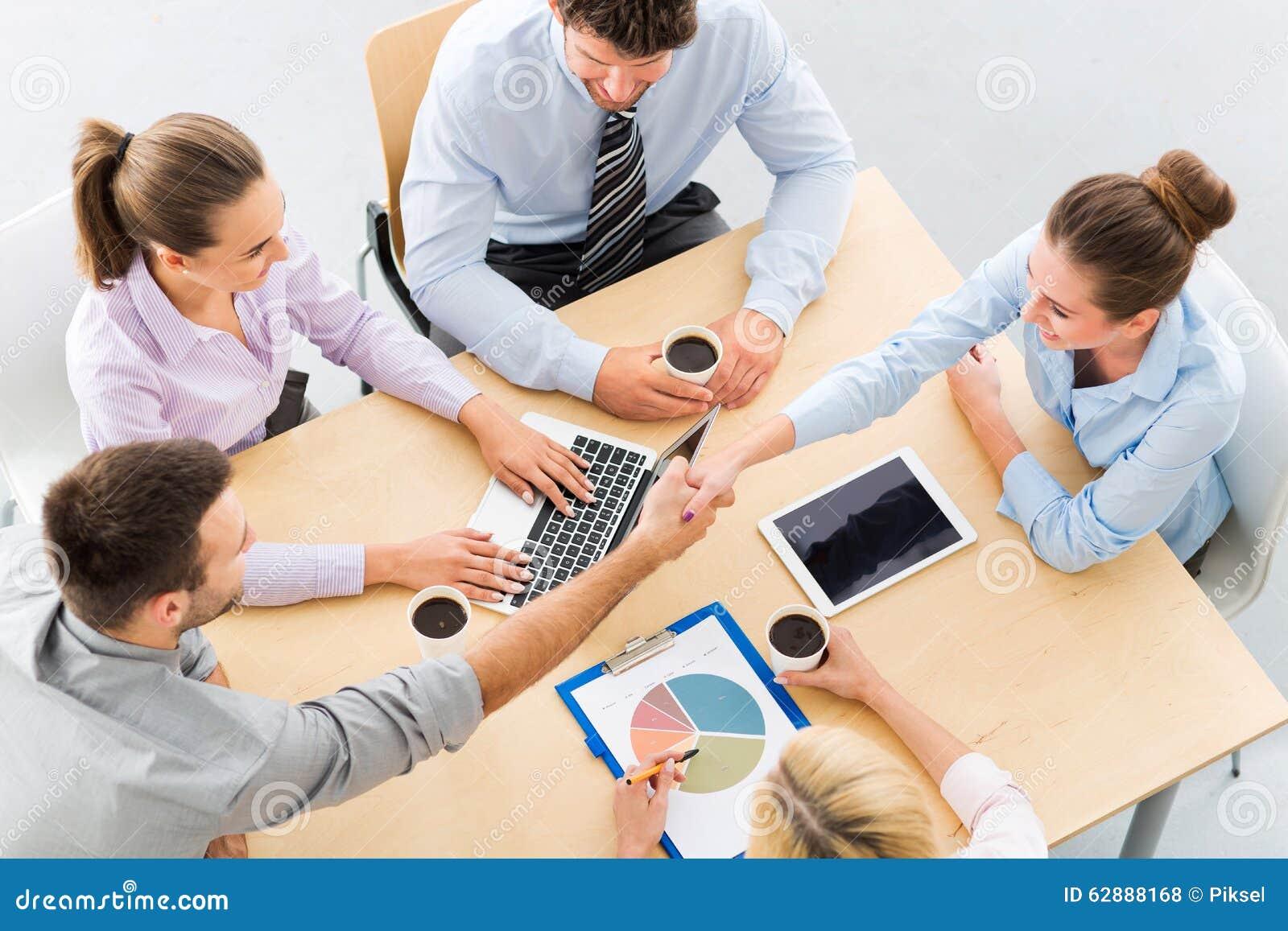 Gens d affaires se serrant la main à travers la table