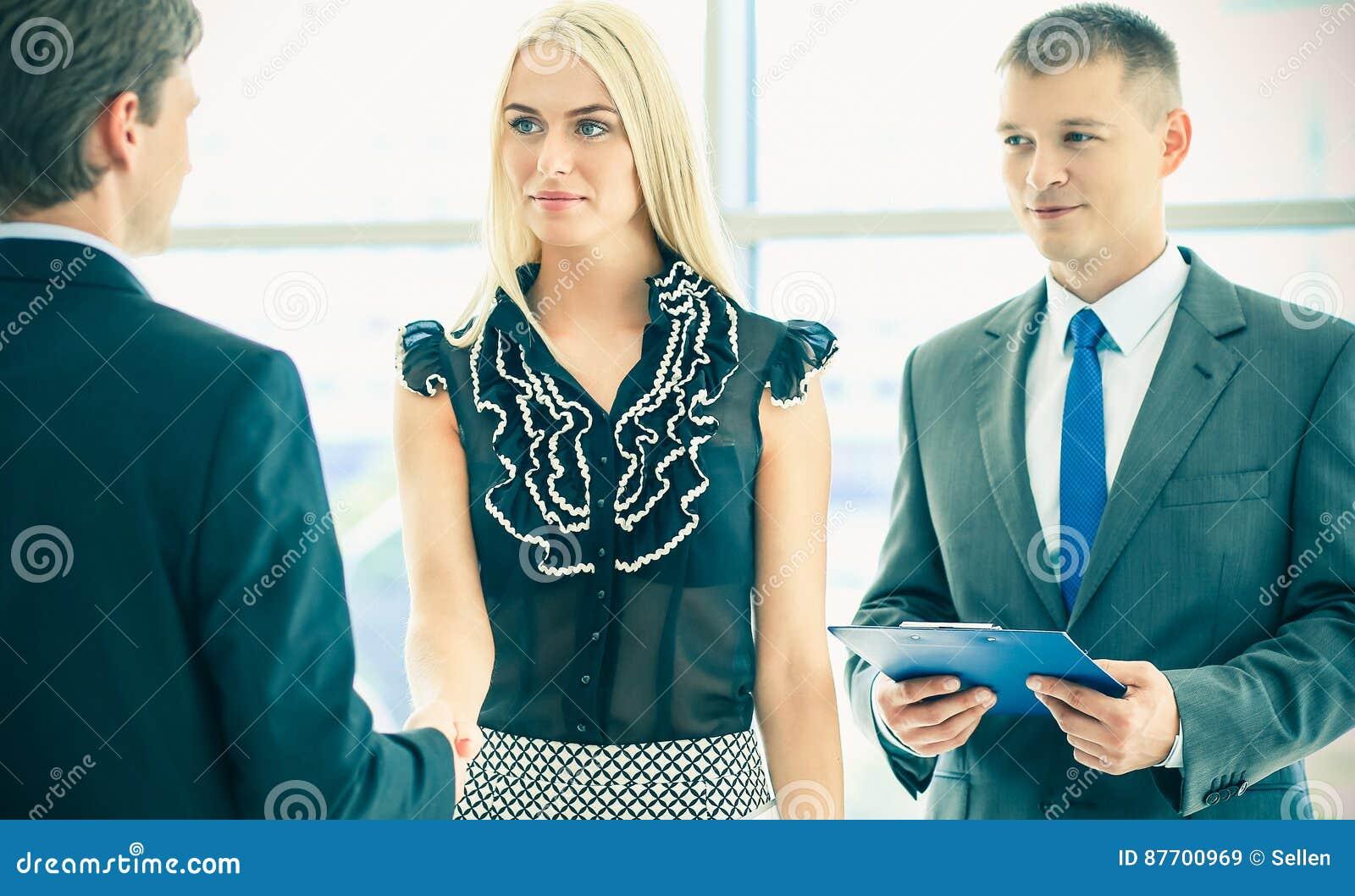Gens d affaires se serrant la main après s être réuni dans le bureau