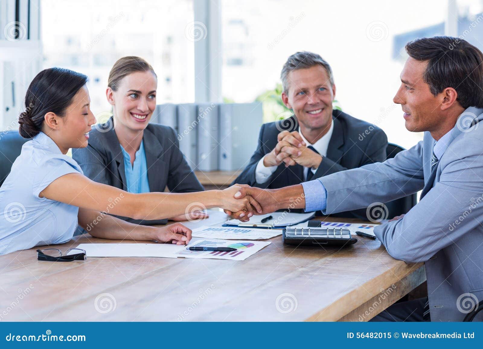 Gens d affaires se serrant la main au cours de la réunion