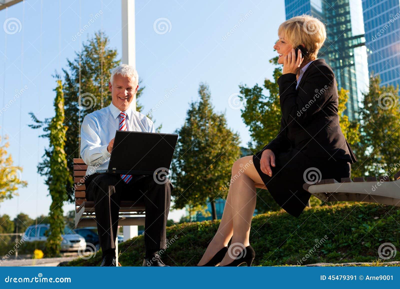 Gens d affaires travaillant à l extérieur