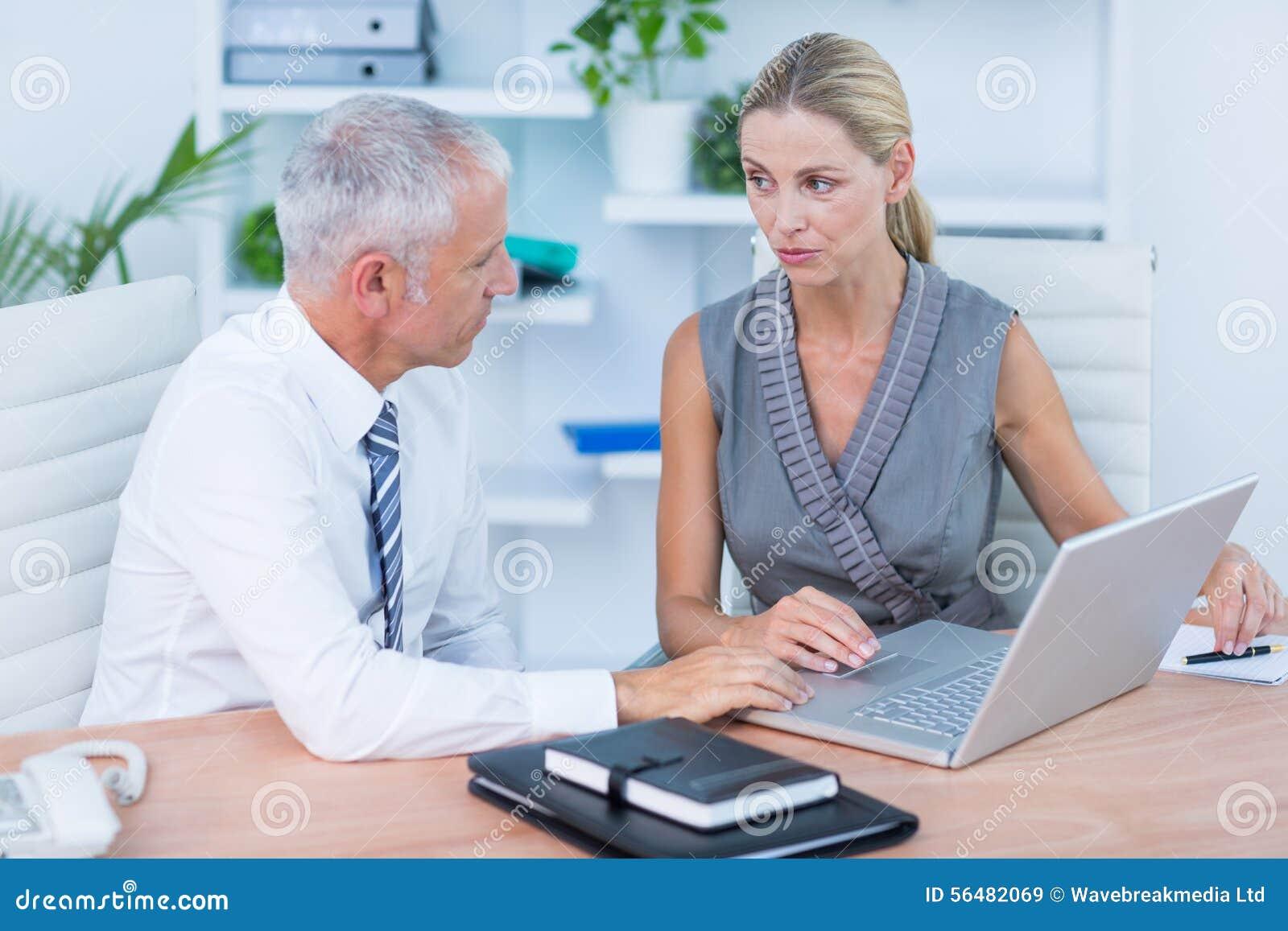 Gens d affaires travaillant à l ordinateur portatif