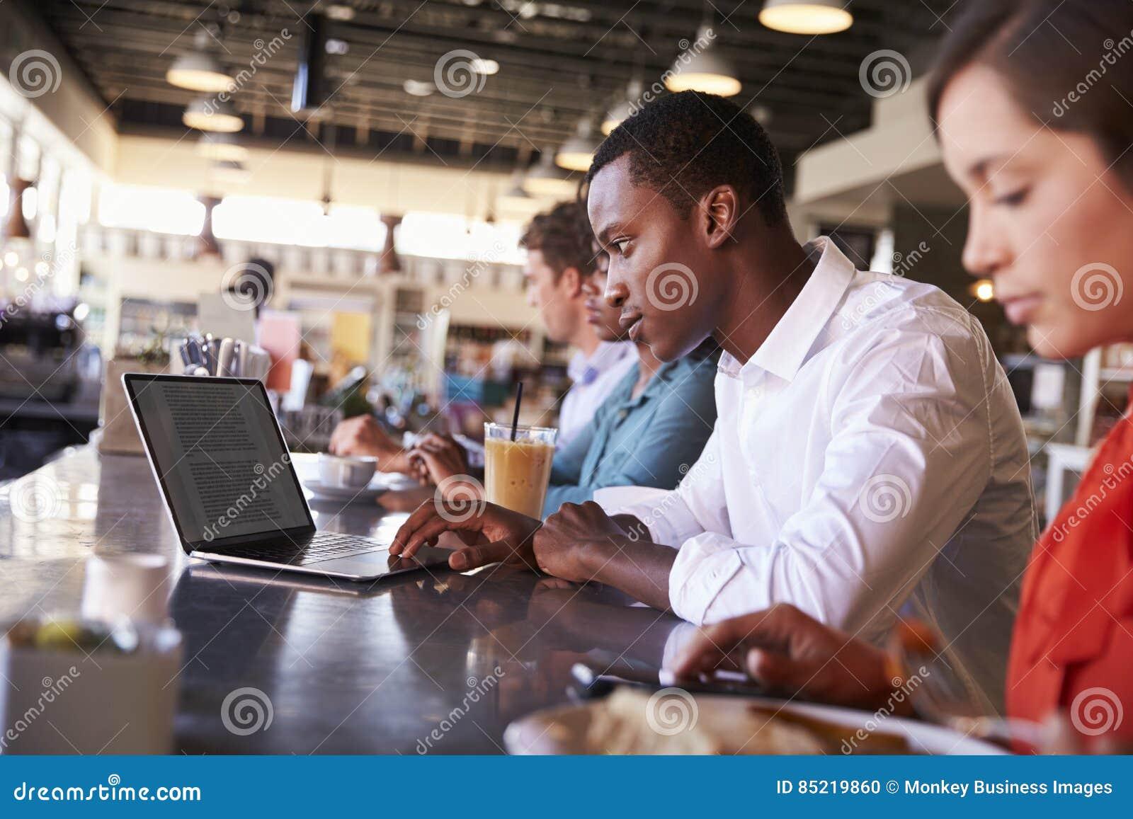 Gens d affaires travaillant au compteur dans le café