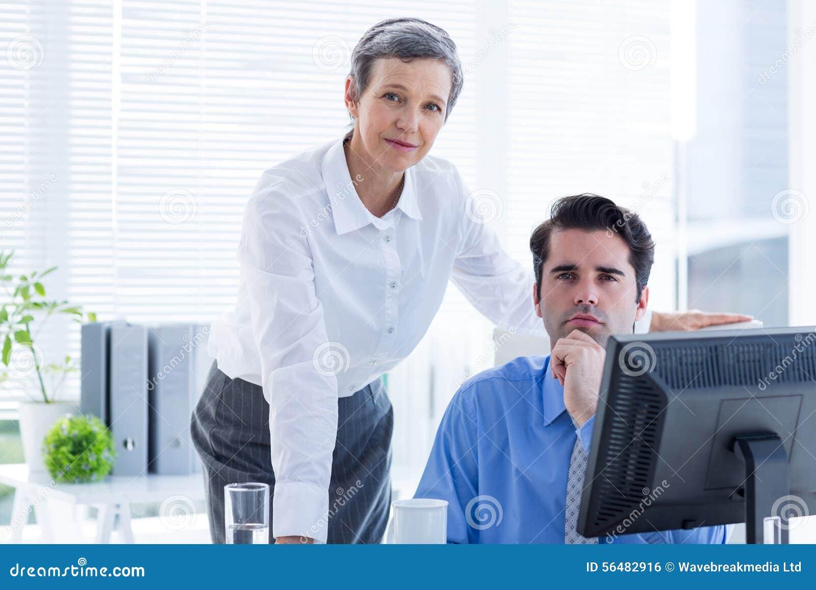 Gens d affaires travaillant ensemble et regardant l appareil-photo