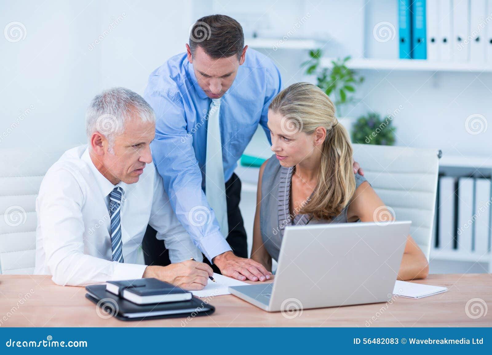 Gens d affaires travaillant ensemble sur l ordinateur portable